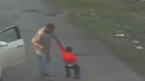 Hasta 62 veces, este hombre golpea a un menor con un cinturón
