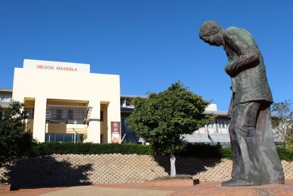 Una estatua del ex presidente sudafricano Nelson Mandela en frente del H...