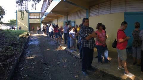 Imágenes de un centro de votación en Trujillo Alto, Puerto...