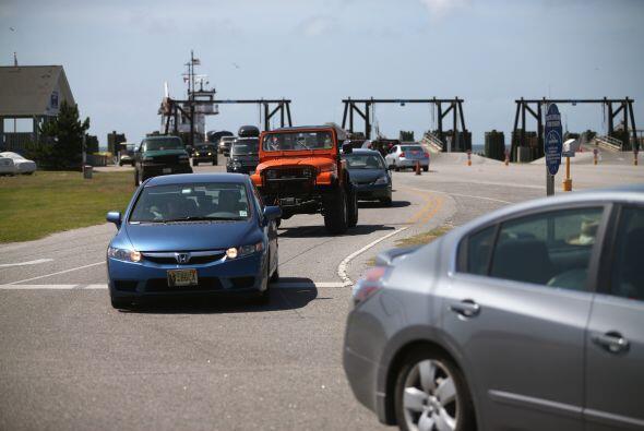 filas de autos salen de la comunidad de Ocracoke Island.