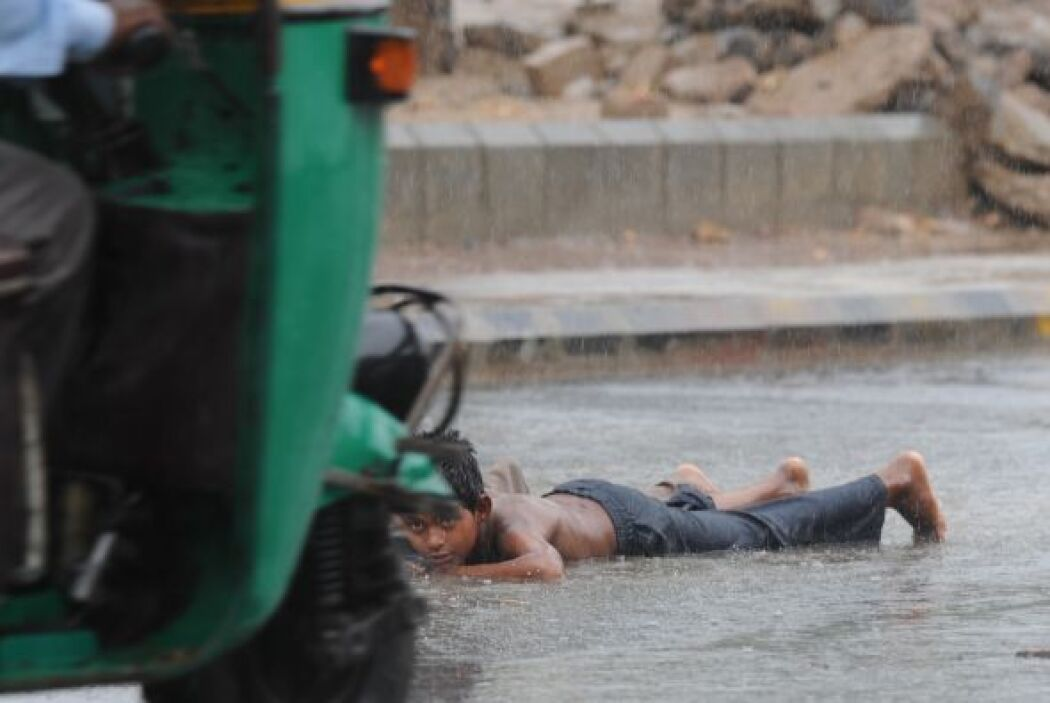 Mientras tanto, en la ciudad de Bombay las autoridades han aconsejado a...