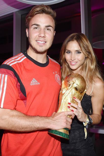 El hombre de la final, Mario Gotze, y sus dos trofeos, su novia Ann-Kath...