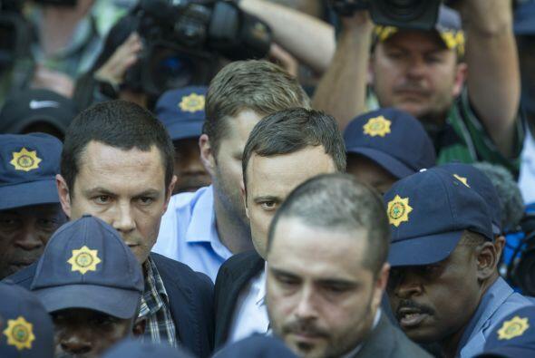 Momentos después el atleta salió del Tribunal fuertemente custodiado.