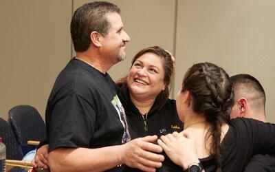 La familia Sandoval festeja la exitosa cirugía.