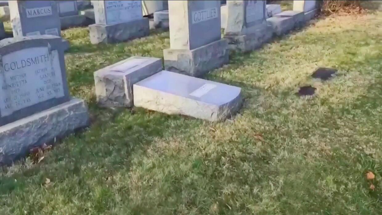 Al menos 75 tumbas judías fueron vandalizadas en un cementerio de Filade...