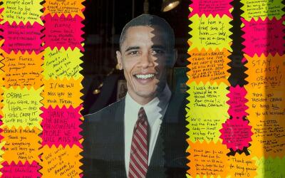 Decenas de personas le dejan mensaje al saliente presidente en una tiend...