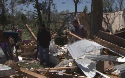 Familia hispana lo pierde todo por las tormentas en Sealy, Texas