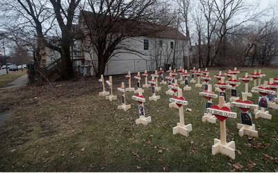 Polémica por cruces que construyó el carpintero Greg Zanis en homenaje a...