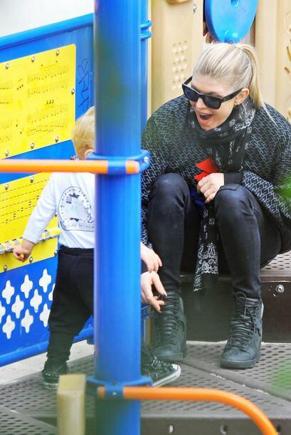 Fergie salió a pasear con su nene, Axl.