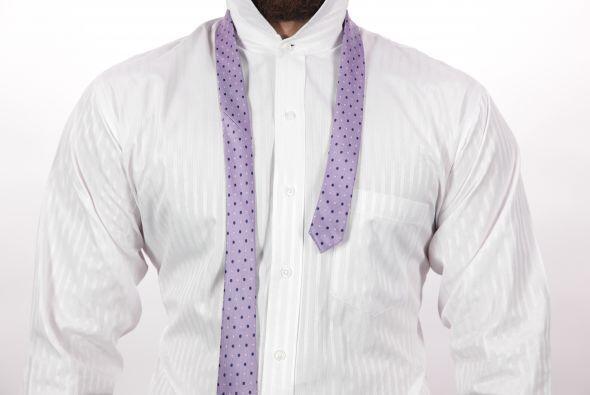 El lado más ancho de la corbata debe de estar del lado derecho y muy por...