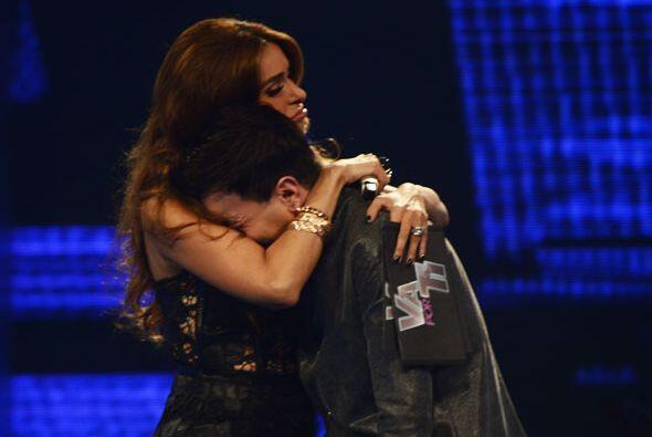 Le dio un abrazo al boricua.