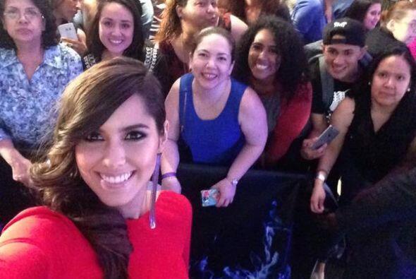 La Miss Universo Paulina Vega sacándose fotos con los asistentes.