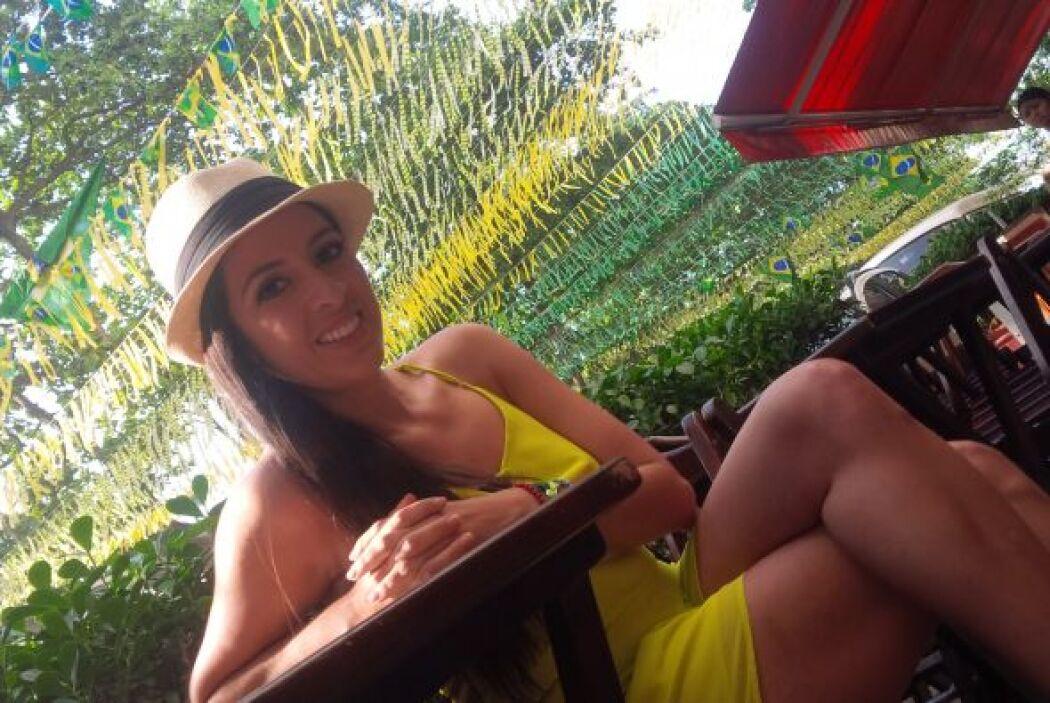 Con un hermoso vestido amarillo salió a recorrer las calles de Fortaleza...