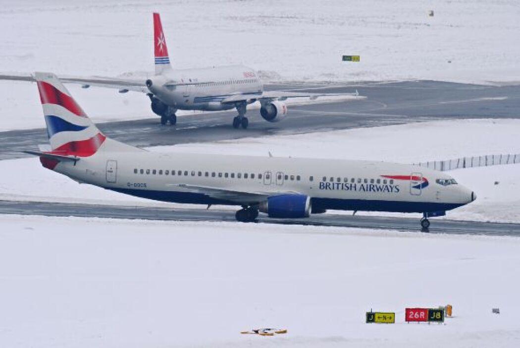 Los operadores aéreos han advertido a los pasajeros que viajen desde alg...