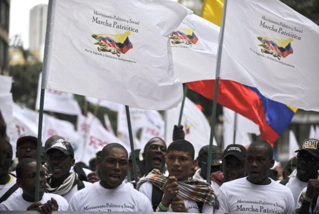 Vestidos con camisetas blancas en símbolo de la paz los manifestantes re...
