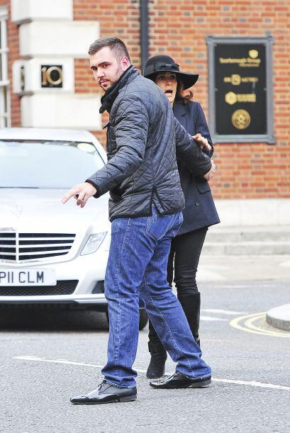 Sí, como lo pueden ver, Salma tiene miedo a los taxis en Londres.