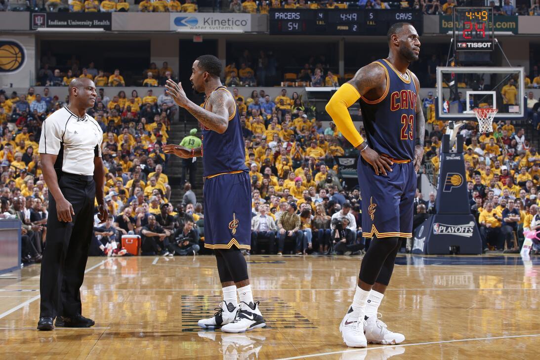 Los Cavs hacen historia y ganan el tercero de la serie. LeBron James #23...