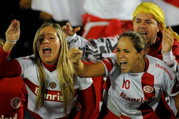 Fanáticas, apasionadas, alentando a su club, brasileñas de Porto Alegre,...