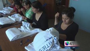 Esposas de jornaleros de NY bordan manteles para el Papa Francisco