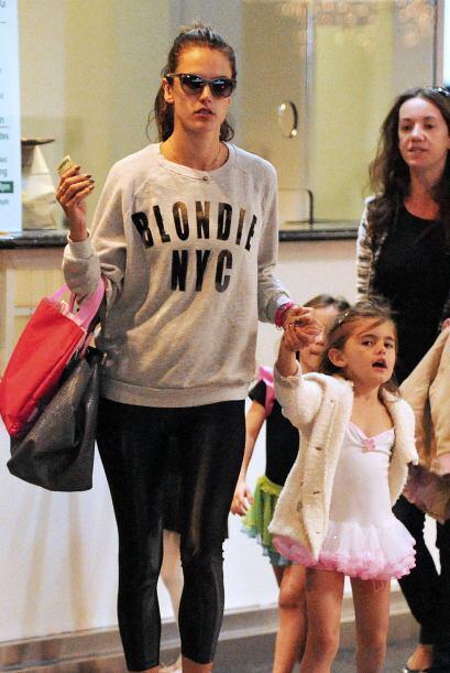 """Alessandra Ambrosio es toda una """"super mom"""", llevando a su hija al balle..."""
