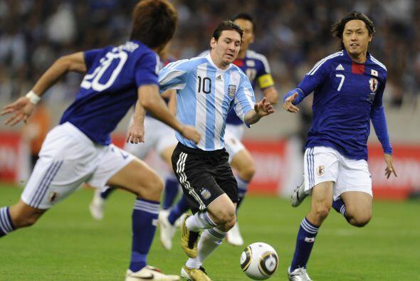 Lionel Messi intentó pero no pudo desequilibrar, lo marcaron de a...
