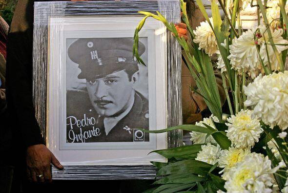 Murió en Mérida a los 39 años, el 15 de abril de 1957, cuando estrelló s...