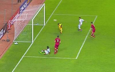 Ronaldo Cisneros cazó un rebote del portero y marcó para México el 3-0 f...