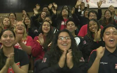 Más de 1,400 estudiantes Artesia High School celebran su paso a la unive...