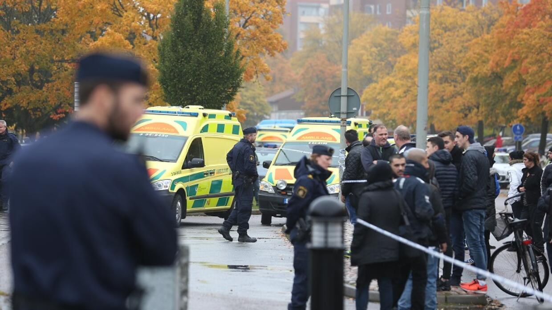 Una multitud de reúne y los servicios de emergencia acuden a una...