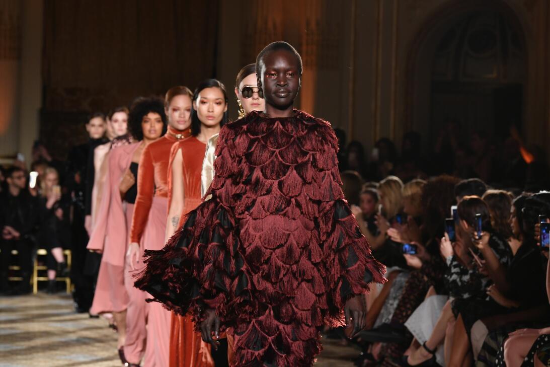 La modelo con hijab en el desfile de Kanye West y otros mensajes polític...