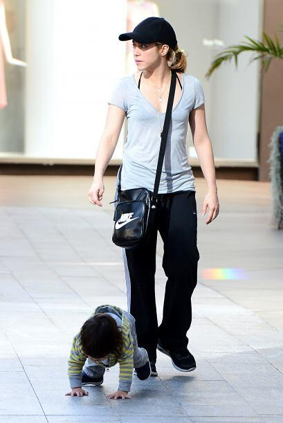 La cantante deja de lado el glamour para cuidar de su hijo. Más videos d...