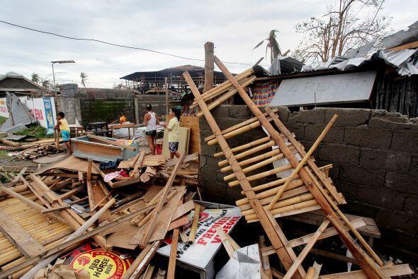 Al menos seis personas, de las 14 que perecieron por el tifón, mu...