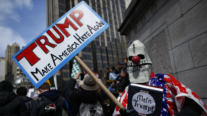 Un hombre protesta contra el puntero republicano Donald Trump en Nueva Y...
