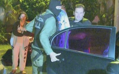 Indignados y a gritos, vecinos reaccionan ante la detención de un hombre...