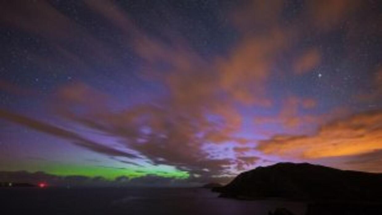 Llamarada solar crea aurora boreal en Canadá. Foto de Twitter