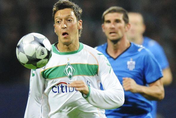 En el Bremen, Mesut fue aumentando su talento y poco a poco se gan&oacut...