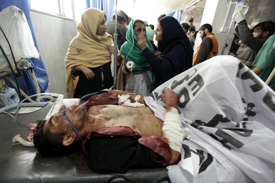 Un estudiante, herido en el ataque talibán, recibe tratamiento médico en...
