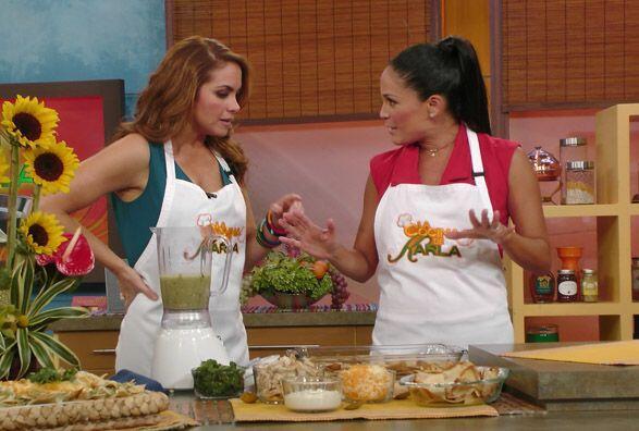 Karla Martínez la invitó a la cocina y ella no puso nada de resistencia.