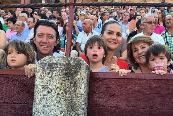 Colate y su hermana Samantha Vallejo-Nágera, con sus hijos viendo el show.