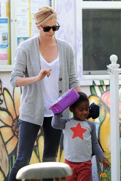 Las cámaras captaron a la actriz mientras recogía a Jackson en el colegi...
