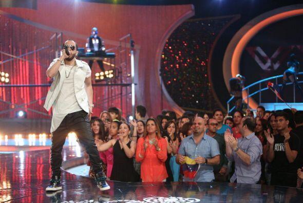 No cabe duda que este cantante supo ponerle ritmo y mucha candela al show.