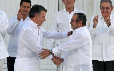 El presidente Juan Manuel Santos y Rodrigo Londoño, alias Timoche...