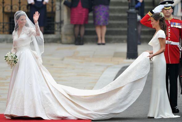 Su hermana, la dama de honor Pippa Middleton sujetaba la majestuosa cola.