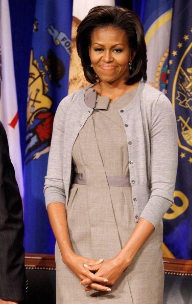Otro básico en el estilo de Michelle Obama son los suéteres. Le gusta ac...