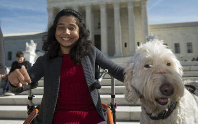Ehlena Fry y su perrito 'Wonder' frente a la Corte Suprema