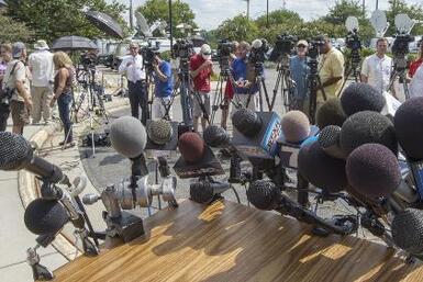 Familiares y amigos rinden homenaje a los dos reporteros asesinados en d...