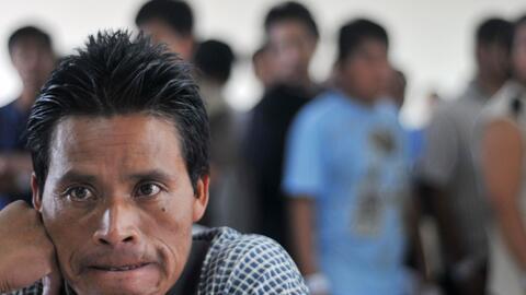 Un grupo de inmigrantes indocumentados guatemaltecos deportados de EEUU...