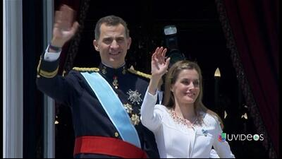 Felipe VI saluda a su pueblo desde el balcón del Palacio Real
