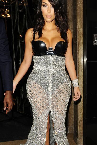 Su falda fue transparente y llena de brillo, muy sexy.