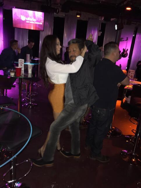 Ahora El Feo se desquita bailando banda al lado de Carla.